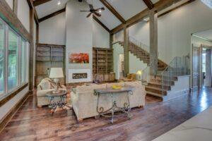 Wohnzimmer mit Treppe